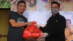 Rendi Solihin anggota DPRD Kukar sekaligus Ketua Komisi 2 DPRD Kukar menyerahkan paket sembako kepada perwakilan awak media secara simbolis yang diterima oleh Sekretaris PWI Kukar Bambang Irawan